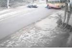 Clip: Thoát chết thần kỳ, chui ra từ gầm xe buýt sau tai nạn ở Hà Nội
