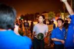 Hinh anh Hoa hau Nguyen Thi Loan mua dua ung ho ba con mien Trung
