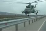 Trực thăng bay sát rạt mặt đường khiến tài xế ô tô thất kinh