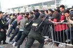 Nghìn người chen lấn mua vé bán kết Việt Nam - Indonesia, 2 triệu đồng/cặp vé chợ đen