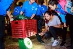 Hinh anh Hoa hau Nguyen Thi Loan mua dua ung ho ba con mien Trung 4