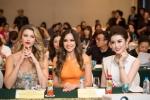Huyền My tặng nón lá cho thí sinh cuộc thi Hoa hậu Hòa bình Thế giới 2017