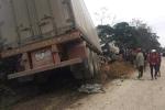 Container cuốn xe máy vào gầm, một người chết thảm