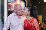 Vợ chồng ca sĩ Thu Minh tình tứ hôn môi sau scandal bị tố nợ hàng trăm tỷ