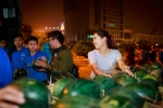 Hinh anh Hoa hau Nguyen Thi Loan mua dua ung ho ba con mien Trung 5
