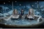 Nóng bỏng cảnh Balotelli, Usain Bolt thư giãn với gái xinh