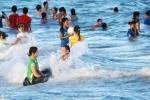 Cán bộ xã sàm sỡ du khách nữ đang tắm biển