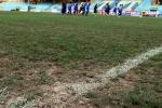 Việt Nam vs Đài Loan: Cận cảnh sân đấu như mặt ruộng khiến HLV Hữu Thắng 'chán chả buồn nói'