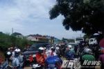 Dân ùn ùn kéo lên Lễ hội hái mận, quốc lộ 43 tắc hơn 5km