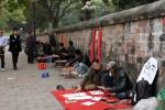 'Ông Đồ' dựng lều viết chữ 'chui' trên vỉa hè Văn Miếu