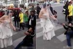 Clip: Không chịu đến đám cưới, chú rể bị cô dâu xích tay, lôi xềnh xệch giữa phố đông