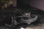 Clip: 'Ngáo đá' cố thủ trong nhà, la hét, đốt xe máy, tivi