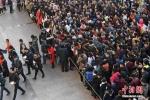 Vạn người trổ tài, tranh nhau một 'bát cơm sắt' ở Trung Quốc