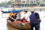 Ảnh: Lũ về, dân Hội An đưa thuyền vào trong phố