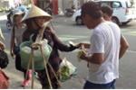 Khách Trung Quốc giật nón, ném rác vào giỏ người bán hàng rong