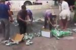 Video: CSGT và người dân nhặt từng lon bia giúp tài xế gặp nạn