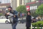 Video: Đám đông vô cảm nhìn trẻ em bị bắt cóc giữa phố gây phẫn nộ