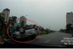 Ô tô con lật ngửa, phơi bụng giữa phố Hà Nội