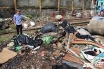 Rác thải ngập ngụa, lấp cả đường ray tàu hỏa ở Sài Gòn