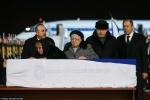 Người thân khóc ngất bên thi thể Đại sứ Nga