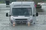 Xe buýt lưỡng cư, cứu tinh mới cho các 'rốn ngập' ở đô thị