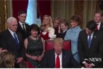 Cậu út nhà Trump chơi ú òa với cháu trai khi cha đang ký văn bản