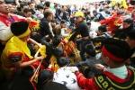 Người phát ngôn Chính phủ: Tranh cướp lộc hội Gióng là phản cảm, thiếu văn hoá
