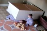 Bé trai 2 tuổi nhanh trí cứu anh song sinh bị tủ đè