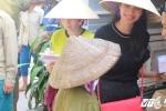Ca sỹ Thủy Tiên thay mặt Công Vinh mang 'hơi ấm' đến với đồng bào miền Trung