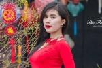 Hot girl xứ Thanh cao như siêu mẫu diện áo dài đỏ rực đón Tết