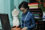 Ngô Thanh Vân tự tay may áo dài bằng máy may thời xưa