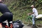 VĐV xe đạp ngả mũ chào thua trước bác nông dân đi xe cà tàng