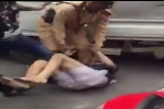 Gây tai nạn rồi bỏ chạy, tài xế bị dân đánh tới tấp trên phố Hà Nội