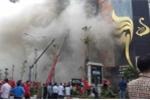 Trực tiếp: Cháy dữ dội dãy karaoke phố Trần Thái Tông, nghi nhiều người mắc kẹt