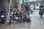 Lau bugi xe ngày mưa bão kiếm bộn tiền