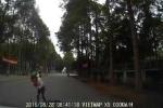 Mẹ chở con nhỏ trên xe máy bị ôtô tông ngã nhào ra đường