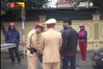 Clip: Bị CSGT xử phạt, người vi phạm chống đối, vứt lại phương tiện