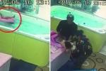Bé 2 tuổi bị lật phao, cắm đầu xuống nước hơn 1 phút