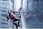 Clip: Cô gái xinh đẹp leo tòa nhà chọc trời 140m chỉ với… 2 máy hút bụi
