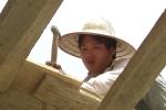 Người lao động kiệt sức, nhọc nhằn mưu sinh dưới nắng nóng hơn 40 độ C