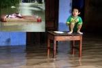 Mưa lũ ở Nha Trang: Đồ đạc bị cuốn trôi, trẻ con lên bàn ngồi