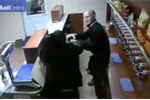 Nữ nhân viên dũng cảm giằng khẩu AK-47 của tên cướp trọc đầu