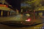Vượt đèn đỏ lúc nửa đêm, xe máy bị ô tô 'nuốt chửng' vào gầm
