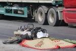 Người phụ nữ bán muối chết thảm dưới bánh xe tải