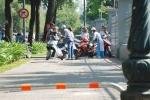 Vừa tháo bớt barie, dân Sài Gòn lại leo lên vỉa hè phóng vun vút