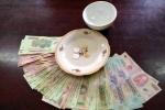 Đánh bài ăn tiền, một bí thư xã bị cách chức