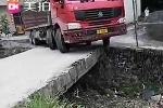Pha qua cầu ảo diệu của xe tải 'khủng'