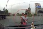 Chạy trốn cảnh sát giao thông, 2 'quái xế' đầu trần tông trực diện ô tô