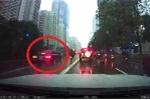 Clip: Ôtô biển xanh lao vào làn buýt nhanh, suýt đâm xe máy