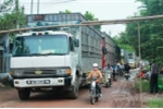 Dân dựng xà ngang chặn xe cày nát đường liên thôn